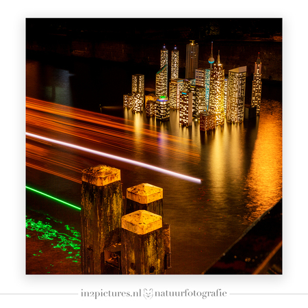 De verzonken stad - Atlantis - De verzonken stad Atlantis door kunstenaars bedacht en in miniatuur in een van de Amsterdamse grachten geplaatst ivm het Amsterdam Light Festival. Ee - foto door in2picturesnature op 21-01-2020 - deze foto bevat: amsterdam, licht, kunst, stad, avondfotografie, kunstobject, atlantis, lange sluitertijd, verzonken stad, Amsterdam Light Festival