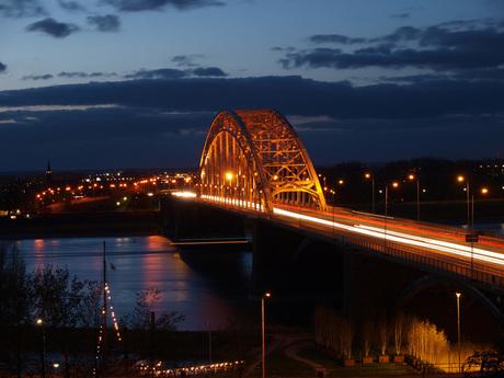 Waalbrug by night