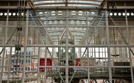Leiden 6 - In een transparant station is veel te zien. Op de foto is het nog lastig om goed te herkennen wat binnen of buiten en wat spiegelingen zijn.  dit i - foto door Jaap93 op 30-07-2009 - deze foto bevat: station, leiden