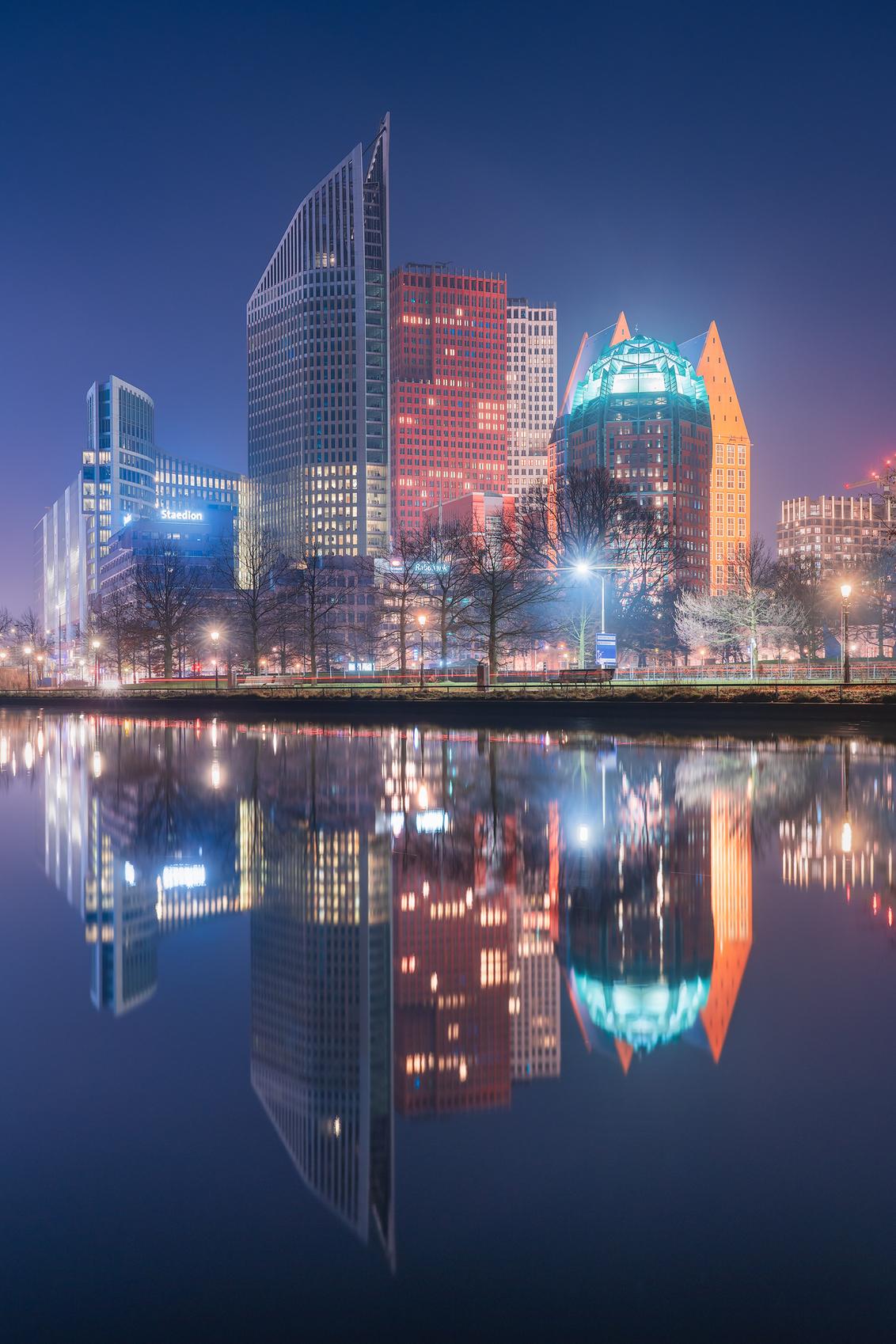 Skyline Den Haag - Een rustige avond met mooie condities voor goede refelecties. - foto door vincentfennis op 05-03-2021 - deze foto bevat: water, avond, architectuur, reflectie, gebouwen, stad, nacht, Den Haag