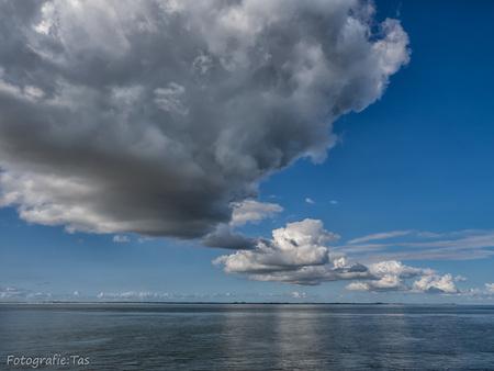 Imponerende wolken boven het Marsdiep..... - Imponerende wolken boven het Marsdiep. In de verte zie je Texel liggen. Een imponerend schouwspel :-) - foto door Taswor op 09-09-2018 - deze foto bevat: wolken