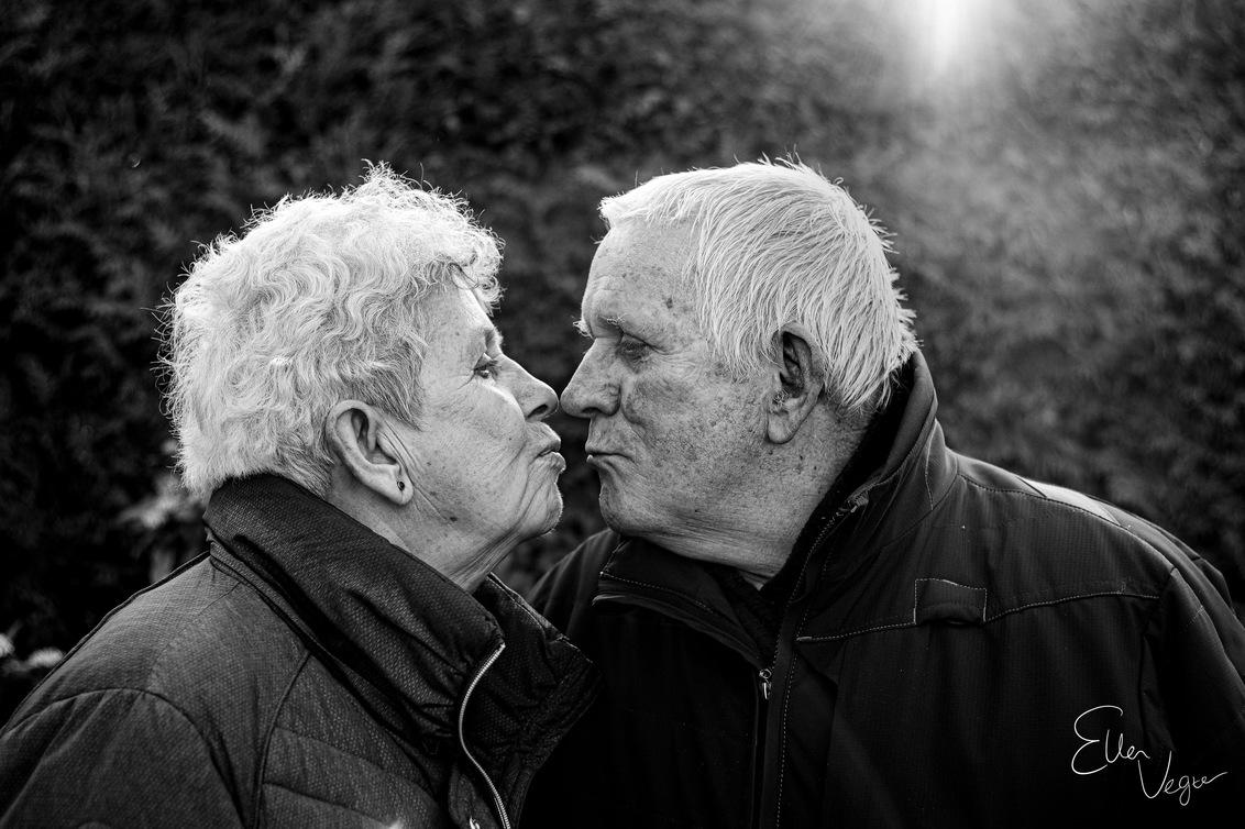 Grandparents - Echte liefde vergaat niet - foto door Ellenvegter op 09-03-2020 - deze foto bevat: man, mensen, zon, natuur, black, licht, portret, schaduw, kusje, liefde, tegenlicht, ogen, lief, zonlicht, zwartwit, emotie, oma, white, closeup, fotoshoot, opa, grootouders, 50mm, echte liefde
