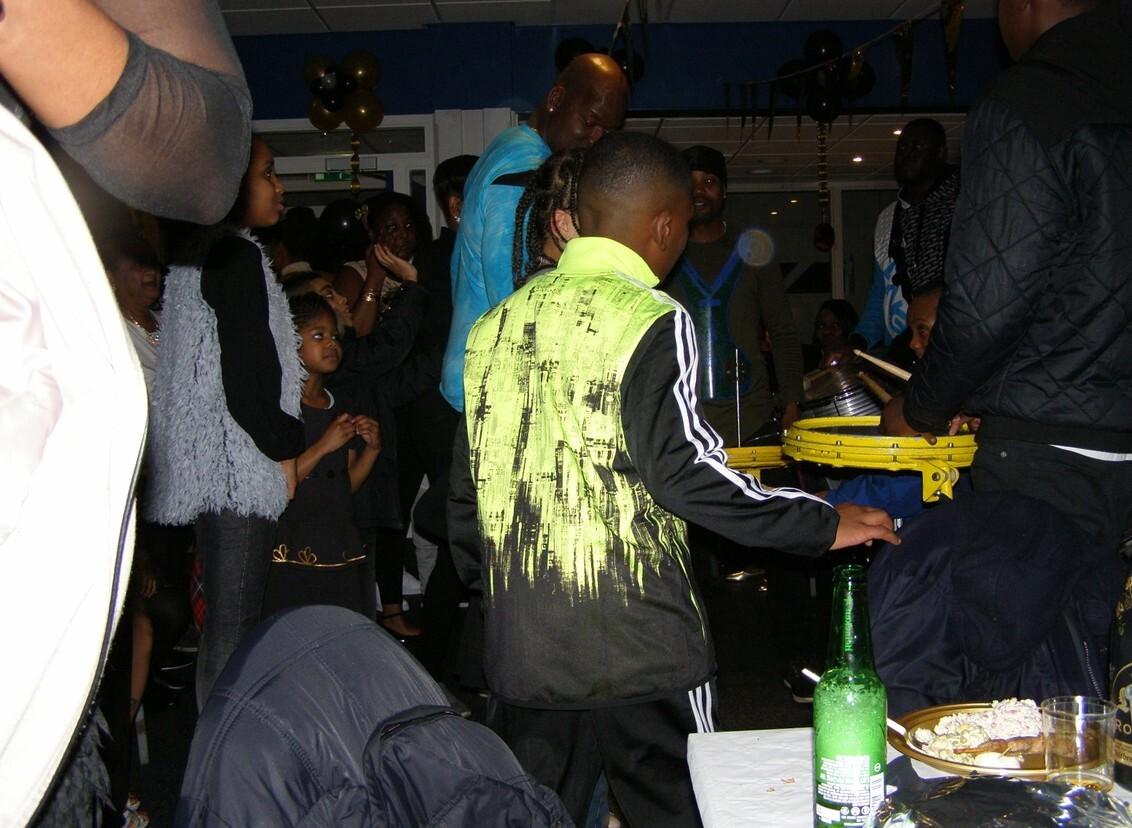 """Band in Den Haag - Op uitnodiging ben ik er heen gegaan, ik was doodziek, maar toch...""""leuke"""" avond gehad, dat wel, hoop leven daar in de brouwerij. Een zaal vol met aa - foto door CityPhotograph op 04-03-2017 - deze foto bevat: mensen, muziek, band, feest, sara, verjaardag, Den Haag, Antiliaans"""
