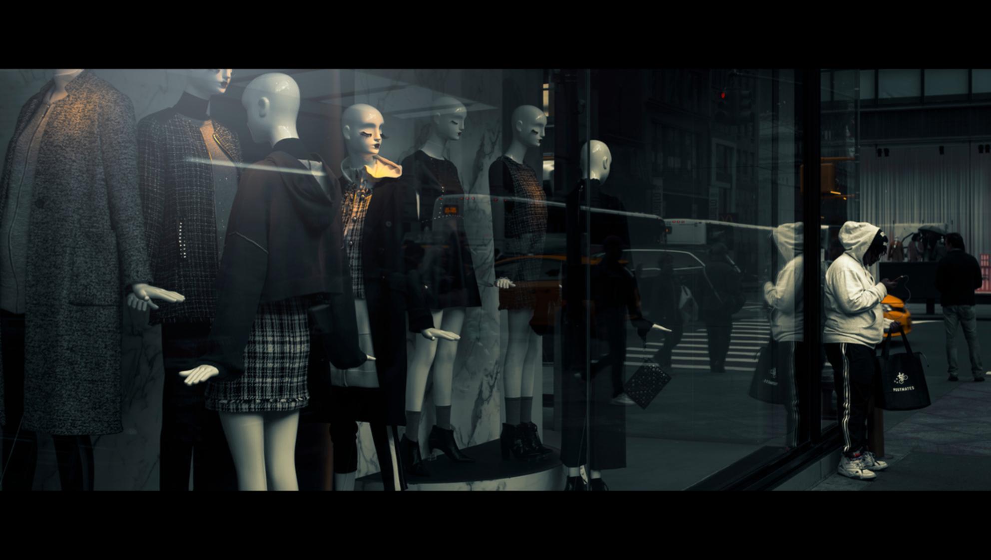 Black & White - [view full screen in a dark setting] - foto door CHRIZ op 27-03-2020 - deze foto bevat: vrouw, mensen, straat, licht, spiegeling, reflectie, stad, nyc, film, manhattan, straatfotografie, 35mm, New York, cinematic, cinematic street, cinestill - Deze foto mag gebruikt worden in een Zoom.nl publicatie