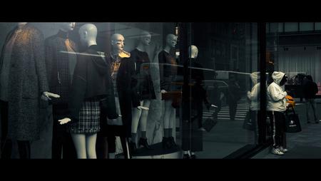 Black & White - [view full screen in a dark setting] - foto door CHRIZ op 27-03-2020 - deze foto bevat: vrouw, mensen, straat, licht, spiegeling, reflectie, stad, nyc, film, manhattan, straatfotografie, 35mm, New York, cinematic, cinematic street, cinestill