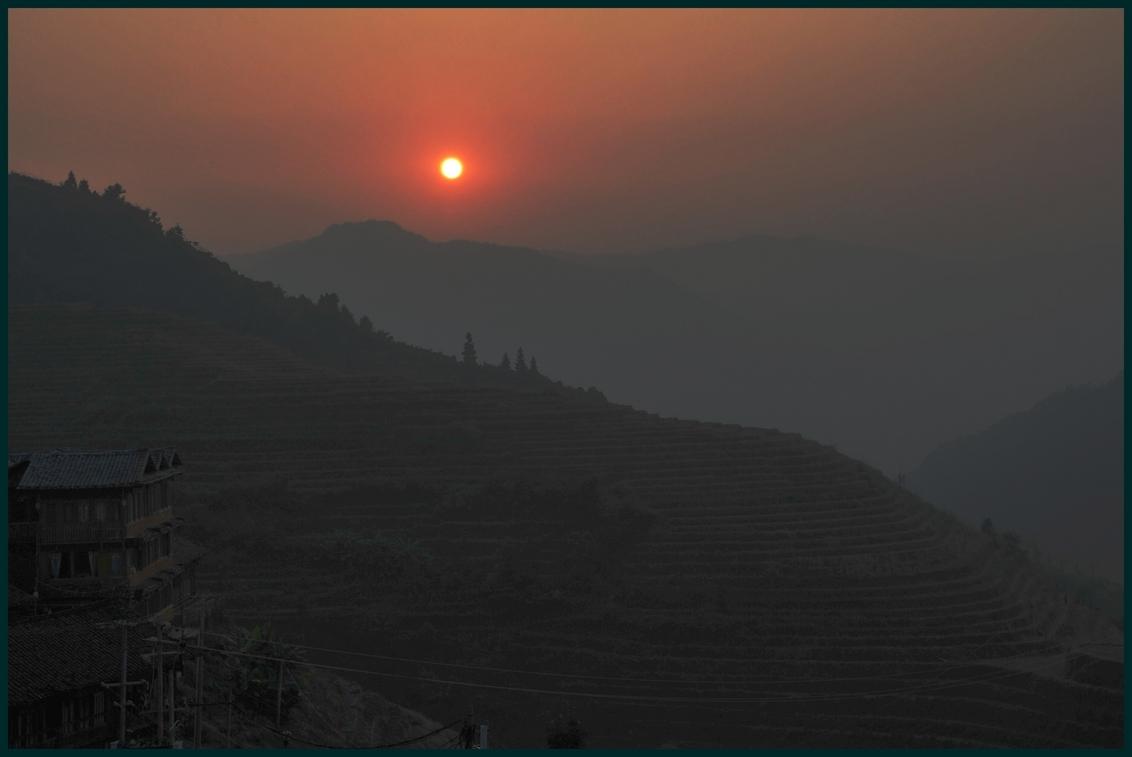 Magisch - In Ping'an (China)is niet alleen de zonsondergang magisch, zéker ook de zonsopkomst. In de omgeving kun je prachtig wandelen door het grootste rijstt - foto door janhermens op 11-01-2010 - deze foto bevat: mist, zonsopkomst, china, rijstterrassen, Ping'an