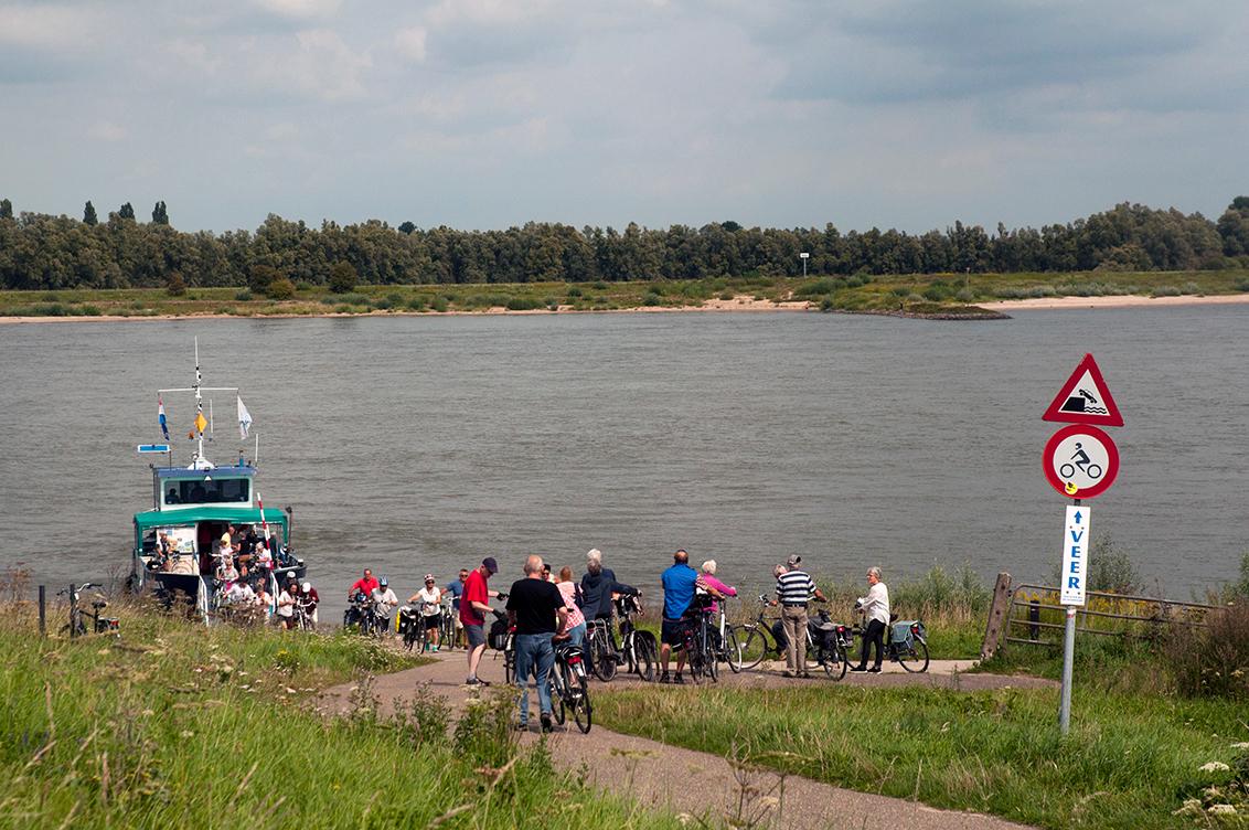 Heen en Weer - - - foto door kiekkaste op 30-08-2017 - deze foto bevat: water, dijk, boot, vakantie, landschap, rivier