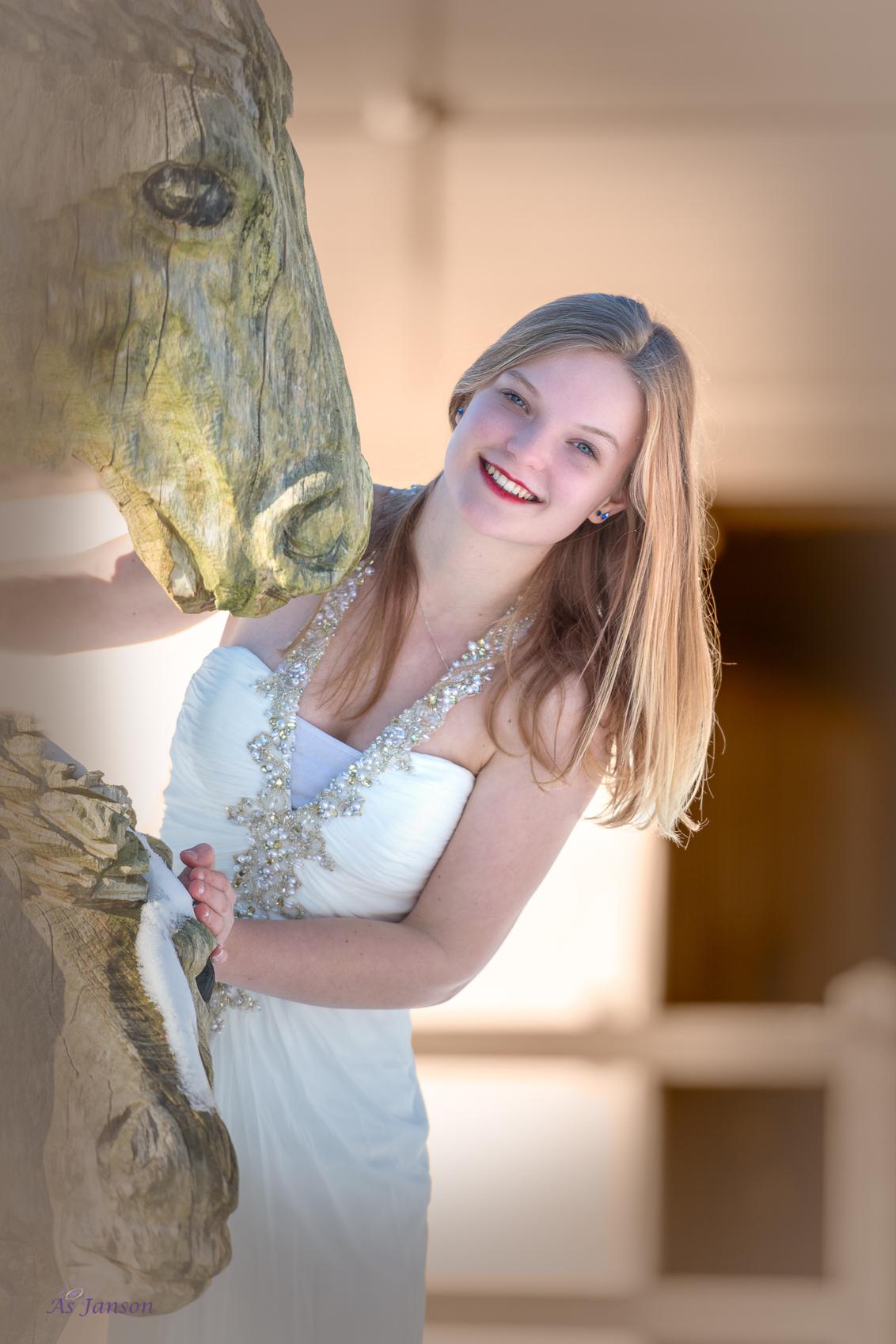 """Smile - """" Een droom die uitkomt"""" Dat zijn haar eigen woorden. Ze wilde altijd al eens een model zijn. En wat voor één! - foto door Asjanson op 04-03-2021 - deze foto bevat: vrouw, mensen, portret, model, daglicht, ogen, haar, meisje, beauty, blond, fotoshoot, 50mm"""