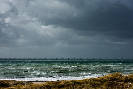 kwetsbaar gebied - - - foto door wardkeijzer op 26-02-2020 - deze foto bevat: lucht, wolken, zon, strand, zee, water, dijk, natuur, licht, winter, landschap, duinen, tegenlicht, storm, zand, brug, kust