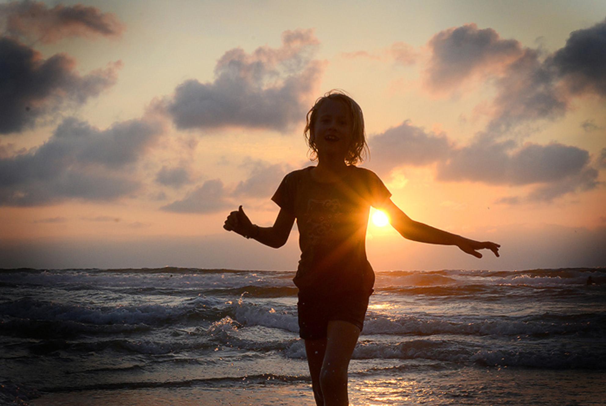 Sunset - My girl happy and enjoying the Biarritz sunset. - foto door artsyellen op 21-09-2011 - deze foto bevat: strand, zee, water, sunset, zonsondergang, vakantie, frankrijk, zand - Deze foto mag gebruikt worden in een Zoom.nl publicatie