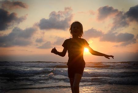 Sunset - My girl happy and enjoying the Biarritz sunset. - foto door artsyellen op 21-09-2011 - deze foto bevat: strand, zee, water, sunset, zonsondergang, vakantie, frankrijk, zand