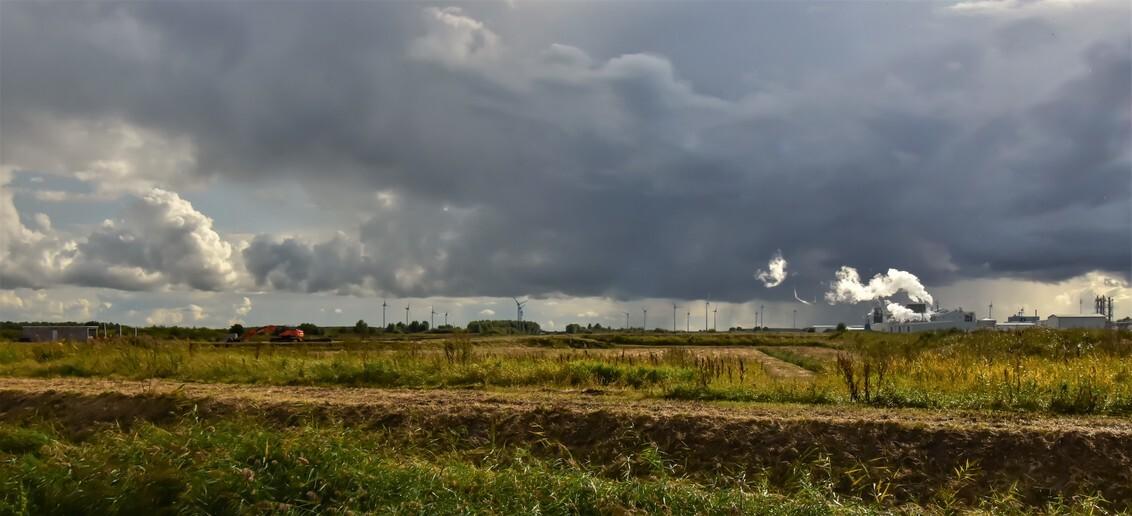 Dreiging in de polder - achter de dijk tussen Termunten en Delfzijl met rookpluim/condens-Aldel als contrast in het landschap. jannie - foto door j.bosch.01 op 22-10-2019 - deze foto bevat: lucht, wolken, zon, zee, dijk, panorama, natuur, licht, avond, landschap, kust, polder