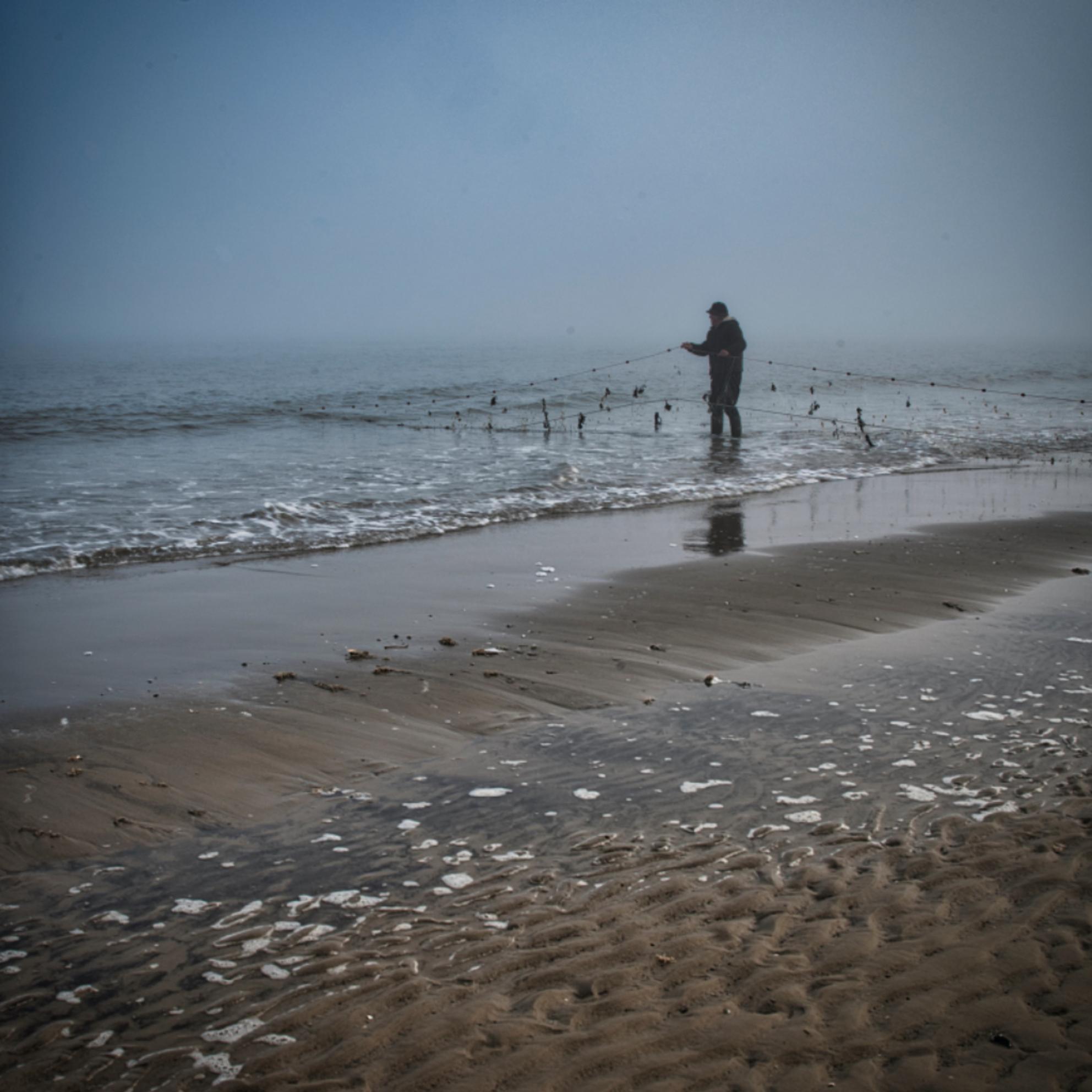visser - Visnetten controleren in de vroege en mistige ochtend. - foto door Tomverdam op 04-03-2021 - deze foto bevat: strand, landschap, mist, zonsopkomst, kust, ameland - Deze foto mag gebruikt worden in een Zoom.nl publicatie