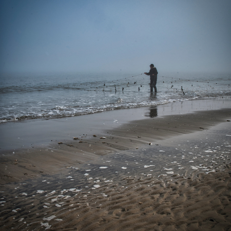 visser - Visnetten controleren in de vroege en mistige ochtend. - foto door Tomverdam op 04-03-2021 - deze foto bevat: strand, landschap, mist, zonsopkomst, kust, ameland