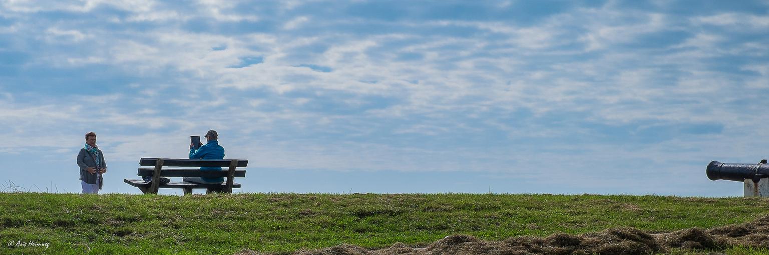 * Shoot or shot * - Allen weer dank voor de reacties en waarderingen bij mijn vorige uploads. - foto door AriEos op 02-12-2020 - deze foto bevat: man, vrouw, mensen, kleur, portret, texel, haven, straatfotografie, kanon, oudeschild
