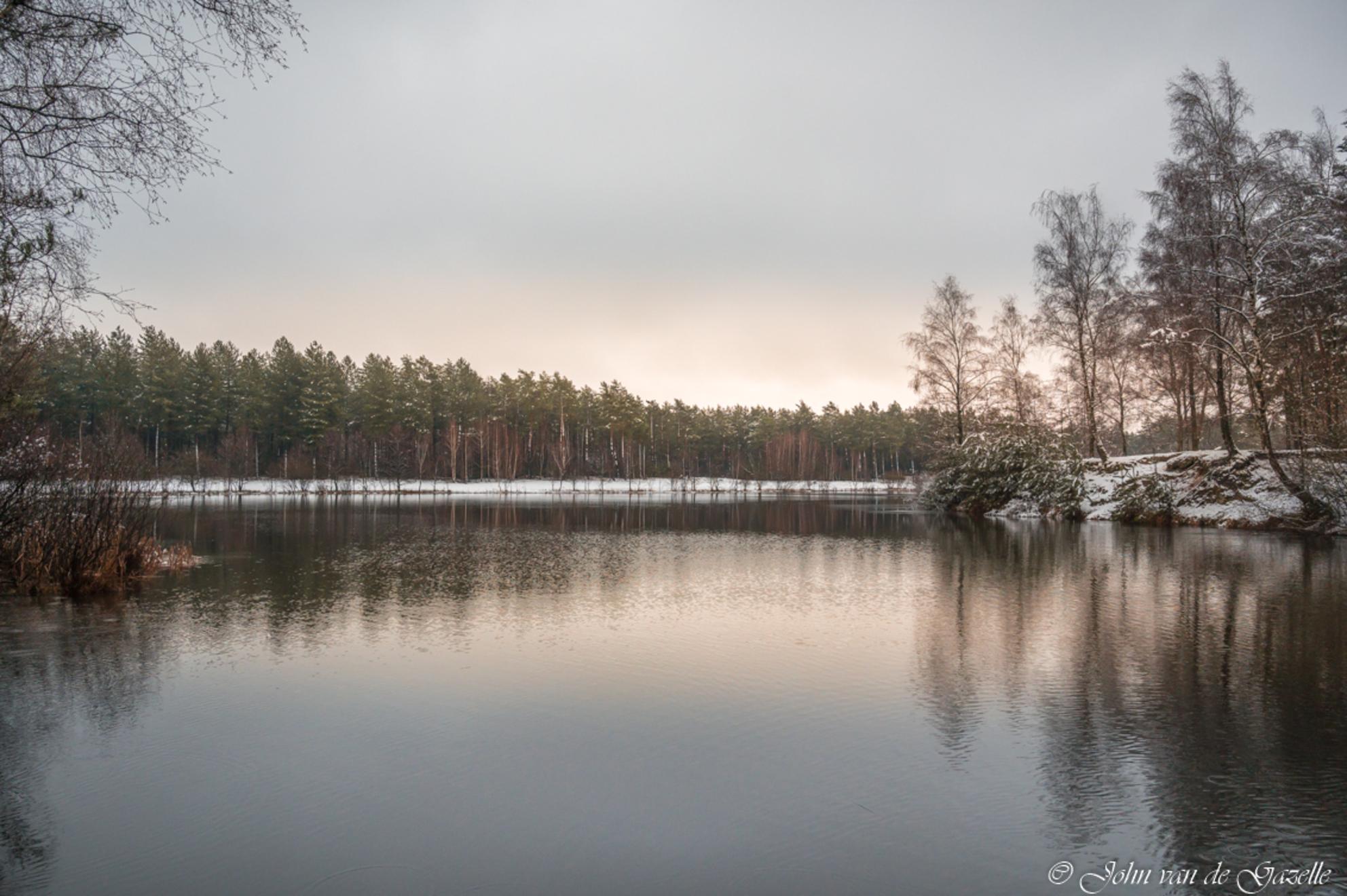 Winter sunrise Tevernerheide - Winter in de Teverner heide.  Bedankt, voor jullie fijne reacties. Groet, John. - foto door JvandeGazelle op 29-01-2021 - deze foto bevat: lucht, wolken, water, natuur, licht, sneeuw, winter, spiegeling, landschap, heide, bos, tegenlicht, zonsopkomst, bomen, ven, morgenrood, sfeervol, john van de gazelle, tevernerheide - Deze foto mag gebruikt worden in een Zoom.nl publicatie