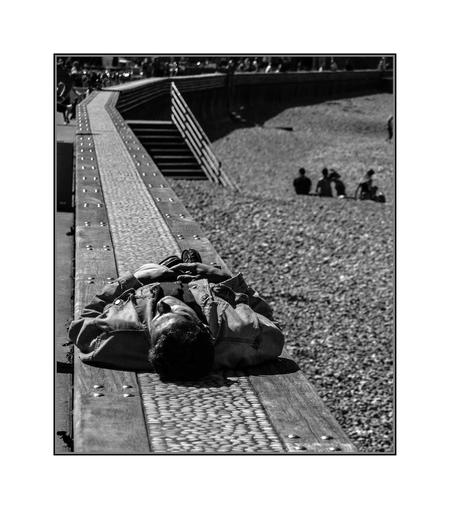 strand 3 - - - foto door bernhard48 op 16-02-2018 - deze foto bevat: man, strand, zwartwit, straatfotografie
