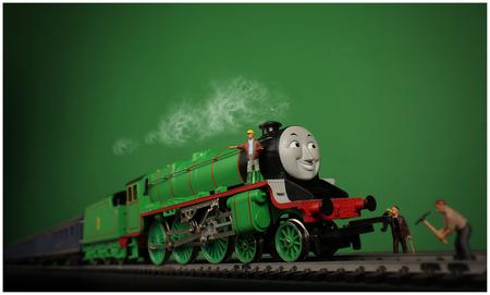 Henry - Mijn zoon Mees is gek op Thomas en zijn vrienden, daarom heb ik Henry even op de gevoelige plaat vastgelegd. Full steam ahead! - foto door remkokillaars op 04-04-2013 - deze foto bevat: groen, miniatuur, trein, stoom, studio, mini, locomotief, thomas, flitsfotografie, stoomloc, tabletop, henry, modelspoor, figuurtjes, diagonale compositie, preiser, noch