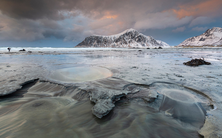Magnificent moment - Tja weer tijd om de de vele foto's in de mappen maar weer uit te zoeken. Ennn dan kom je dit moment tegen, zo gaaf was dit. Ben weer even terug, lo - foto door h.meeuwes op 21-12-2019 - deze foto bevat: wolken, strand, zee, licht, sneeuw, avond, zonsondergang, bergen, kust, noorwegen, lofoten
