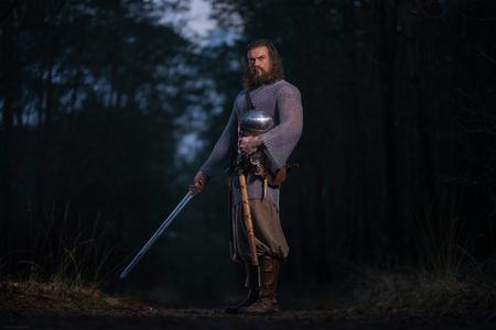 Warrior - Model: Roel van Mierlo - foto door Etsie op 23-12-2020 - deze foto bevat: man, kleuren, natuur, veluwe, model, bos, viking, helm, zwaard, outdoor, strobist, strijder, armoer