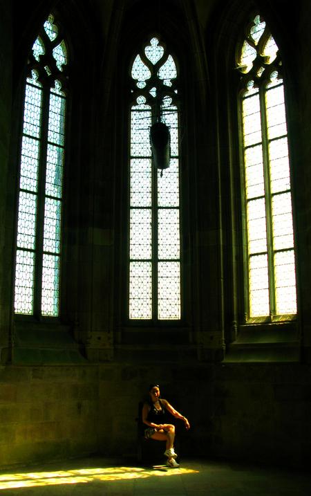 Portret in Mont Saint Michel - In de kathedraal van Mont Saint Michel - foto door divejedi op 29-08-2011 - deze foto bevat: licht, portret, frankrijk, kathedraal, aquademy, Mont Saint Michel