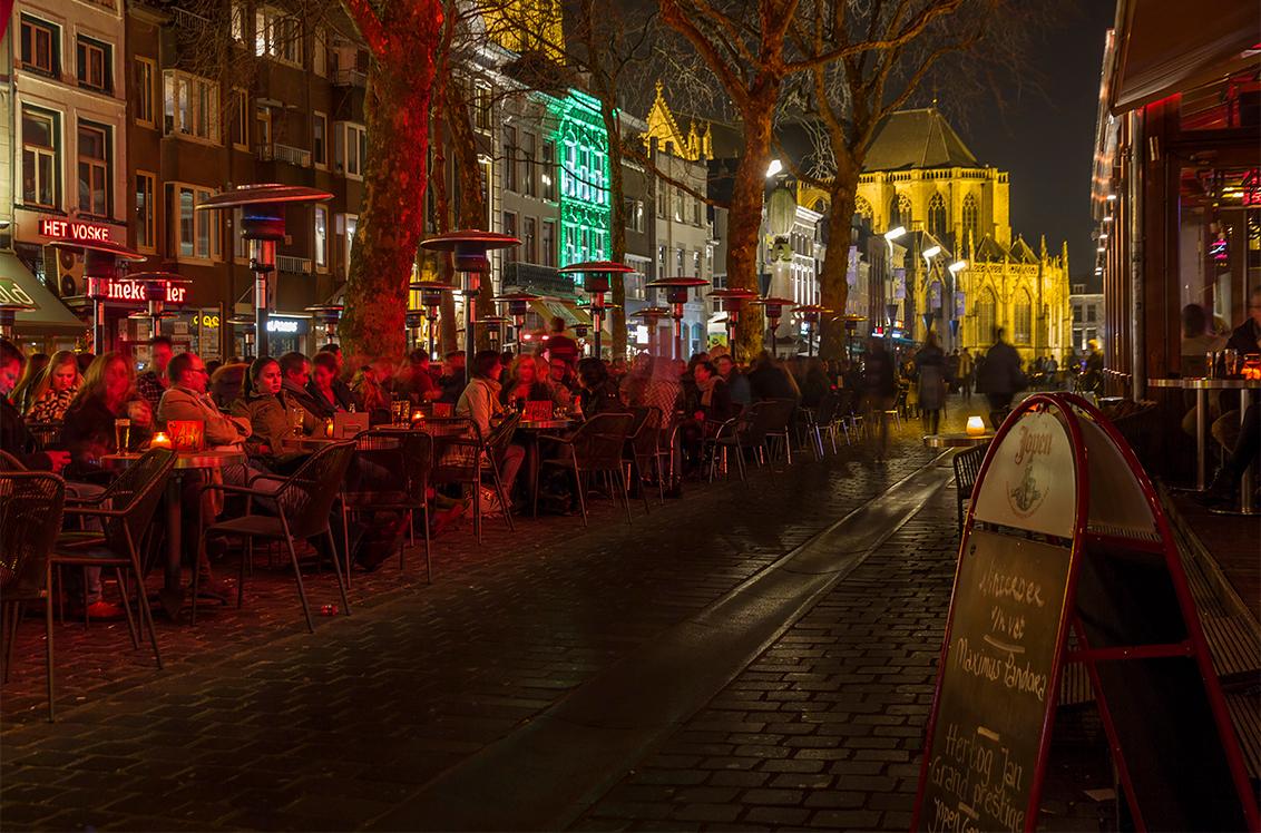 Bredase Nachten - Voor de variatie maar weer een nachtfoto tussendoor, gemaakt op een mooie avond in maart van dit jaar. De terras verwarming geeft hier echt rood lich - foto door ronab op 08-11-2014 - deze foto bevat: kleur, licht, avond, markt, kerk, breda, terras, centrum
