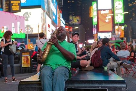 in the streets of NY - Deze muzikant zat midden in de nacht nog muziek te maken, klonk fantastisch en was een genot om naar te luisteren en te kijken. En uiteraard te fotog - foto door Vivo op 03-11-2019 - deze foto bevat: reizen, muzikant, amerika, straatfotografie, nee york