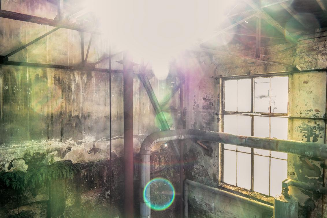 Flares... - Vaak zijn zonneflares irritant en krijg je ze niet waar je ze hebben wilt. Toen ik deze foto bekeek vond ik hem eigenlijk zo mooi dat ik hem hier wil - foto door wido-foto op 10-02-2015 - deze foto bevat: kleur, zon, licht, kunst, urban, urbex, flare, flares, urban exploring
