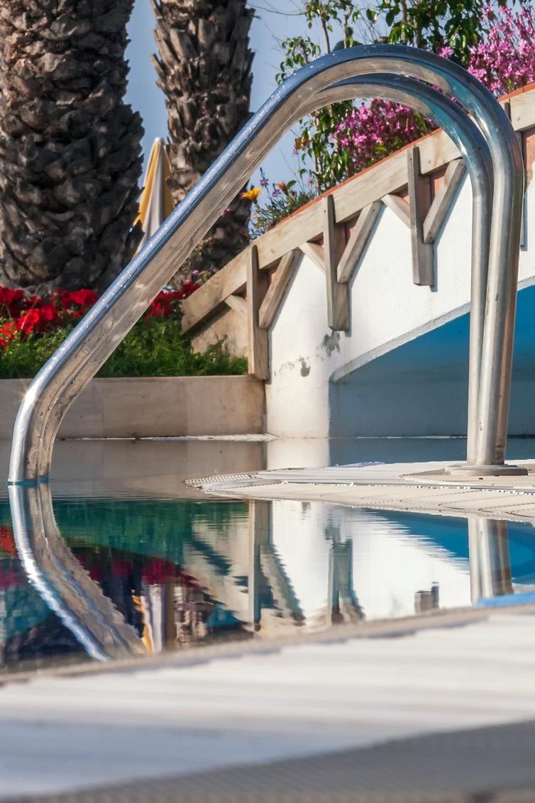 Dream Generator - In de ochtend een duik in het verlaten zwembad als begin van een mooie dag en dan op weg gr.Rob  Lekker stuk muziek om te relaxen van: Diane Arke - foto door RobNagelhout op 11-02-2021 - deze foto bevat: kleur, water, licht, vakantie, spiegeling, reizen, schaduw, stilleven, muziek, bruggen, reflecties, verlaten, details