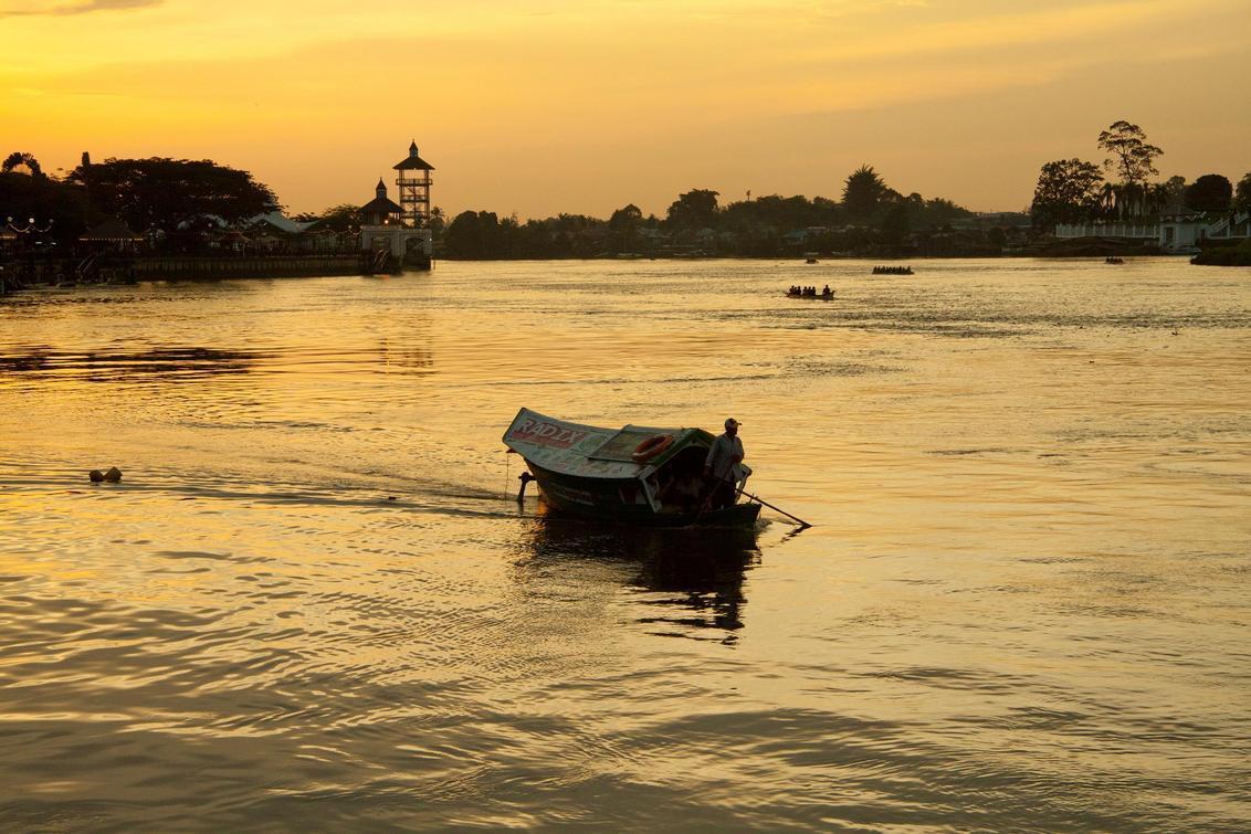 ferry - genomen tegen zonsondergang langs de rivier. - foto door sarawak op 30-09-2011 - deze foto bevat: sunset, boot, zonsondergang, stad, rivier, river, city, ferry, maleisie, malaysia, kuching