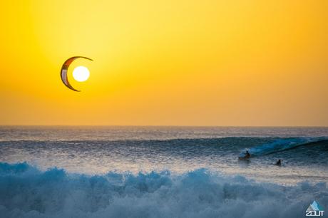 Zon, maan en een kitesurfer