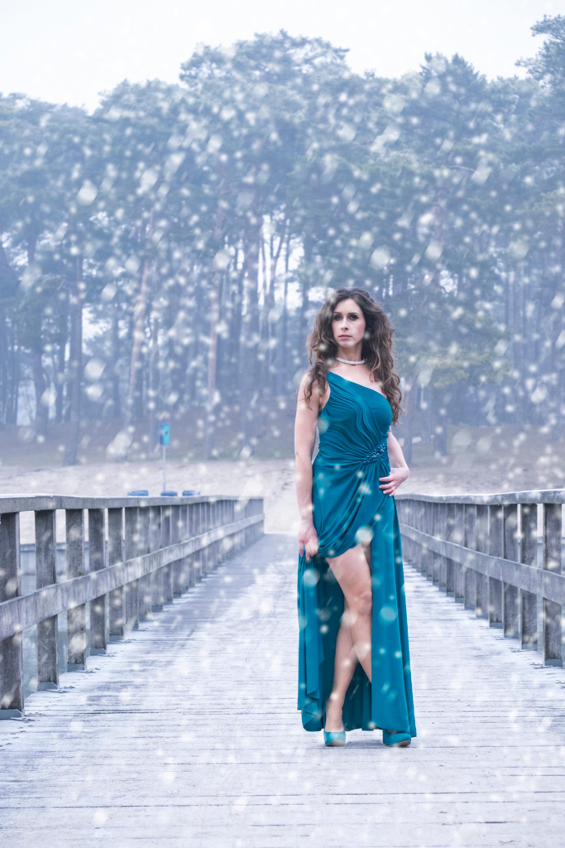 Lisette - model en mua : Lisette - foto door Gans op 01-01-2017 - deze foto bevat: vrouw, natuur, licht, sneeuw, model, haar, fashion, beauty, glamour, kapsel, jurk, mode, kleding, romantisch, fashionfotografie - Deze foto mag gebruikt worden in een Zoom.nl publicatie