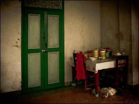 Hondje, deur en tafeltje