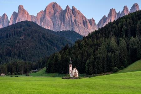 San Giovanni - Waarschijnlijk meer dan een miljard keer gefotografeerd, maar als je er dan toch in de buurt bent, wil je m zelf ook wel vast leggen! - foto door m_oudenaarden op 27-09-2020 - deze foto bevat: oud, groen, lucht, kleur, boom, uitzicht, natuur, licht, avond, vakantie, bewerkt, reizen, landschap, bomen, kerk, gebouw, bergen, schilderij, bewerking, sfeer, italie, photoshop, geloof, sprookje, dolomieten, reisfotografie, europa, lightroom, nik, fotohela, urban exploring, val di funes, ranui