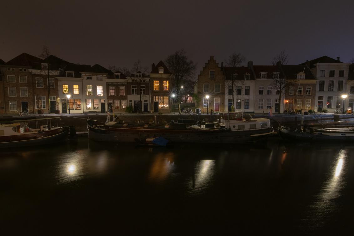 s Hertogenbosch by night - De smalle haven in 's Hertogenbosch, het blijft een mooi plekje om s'avonds te fotograferen. En zeker om mijn nieuwe lens eens uit te proberen. - foto door mjgmengelen op 30-12-2018 - deze foto bevat: donker, water, licht, boot, avond, spiegeling, haven, nacht, nachtfotografie, reflecties