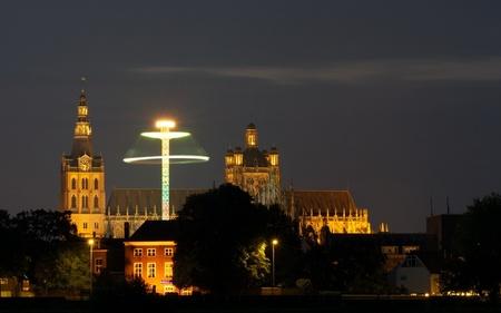 Zweefmolen met kerk - Net een lampenkap :) - foto door edwin5211 op 21-08-2011 - deze foto bevat: kerk, kermis, kathedraal, lampenkap, zweefmolen, den bosch, St. Jan, `s-Hertogenbosch, Sint Janskathedraal