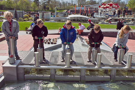 Alles onder controle - Spelen met de techniek van vandaag - foto door Maragmar op 24-04-2012 - deze foto bevat: water, spelen, techniek, kinderen, plezier, madurodam, leren, wetenschap, Den Haag