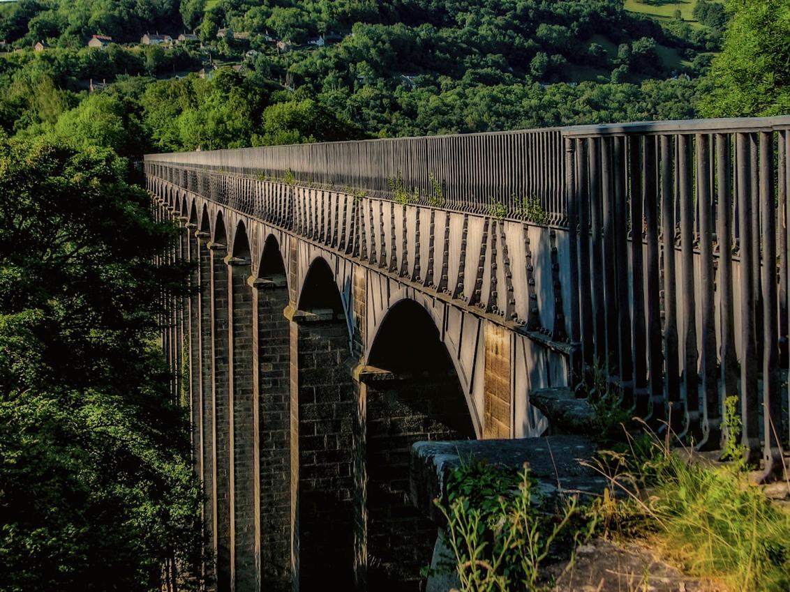 Het aquaduct van Llangollen - Het aquaduct van Llangollen in Noord-Wales dient vrijwel uitsluitend voor de plezier vaart en wordt dagelijks intensief gebruikt door de vele 'narrow - foto door Dutchone_zoom op 31-01-2018 - deze foto bevat: water, panorama, boot, vakantie, landschap, bos, bomen, bergen, rivier, kanaal, aquaduct, wales, canal, Llangollen, thomas telford, narrowboats, plezierbootjes