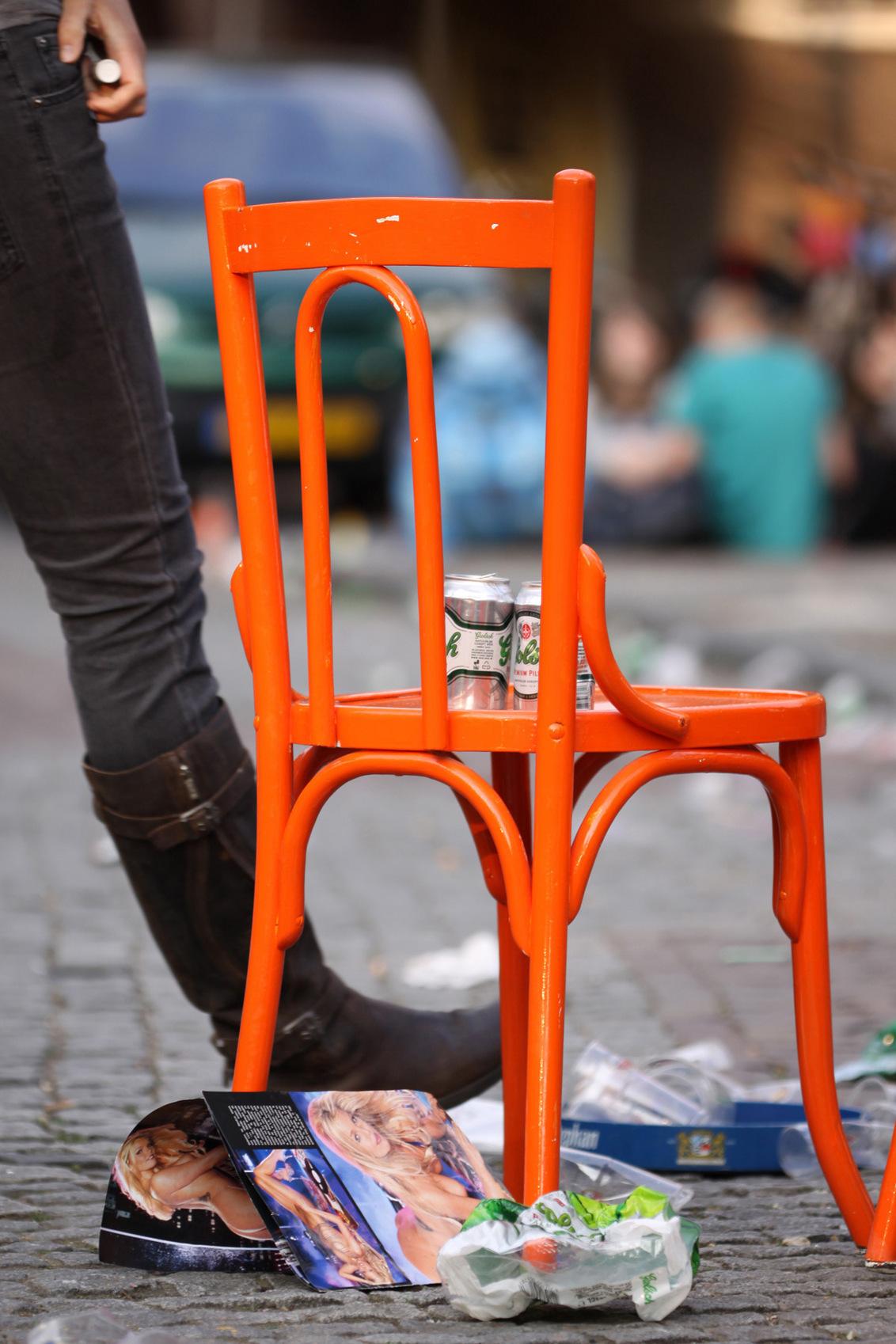 Koninginnedag Utrecht - Ledig Erf, einde dag.. - foto door zy-co op 27-04-2011 - deze foto bevat: kleur, oranje, koninginnedag, utrecht, plein, stoel, zwart wit, eos50d