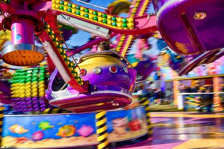 kermis - - - foto door joostopzoomnl op 23-03-2018 - deze foto bevat: groen, paars, rood, kleur, blauw, geel, zwart, kermis, nikon, snelheid, kleurig, fel, beweging, feest, sluitertijd, verlichting, lampen, attractie, joost, nikkor, 50mm, kleurcontrast, felle kleuren, joost van bennekom