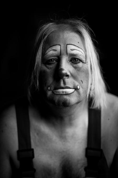 """Forgotten Smile II - de tweede uit mijn """"forgotten smile"""" serie, heb er echt van genoten deze serie te maken, 1 op 1 ongegeneerd en open dit idee uitwerken, iets wat ik t - foto door bulke op 23-12-2019 - deze foto bevat: man, open, zwartwit, emotie, clown, intiem, lowkey, sad, droevig, 50mm, wit haar, eens iets anders"""