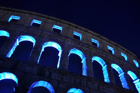 Amfitheater - Amfitheater in de Kroatische stad Pula. De blauwe verlichting is afkomstig van een concert dat daar plaatsvond. - foto door koolzuur op 07-08-2011 - deze foto bevat: architectuur, kroatie, pula, amfitheater, nacht fotografie