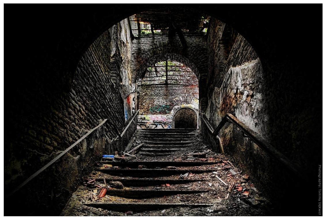 L'entrée d'une Forteresse - [b]L'entrée d'une Forteresse[/b]  De hoofdingang van een der gebouwen van Fort La Chartreuse (Luik - 1817).  [b]Sony A7II met Nikon F1.8 G 24mm - - foto door TommyDijkwel op 09-11-2017 - deze foto bevat: architectuur, belgie, luik, trappenhuis, urbex, ingang, fort la chartreuse