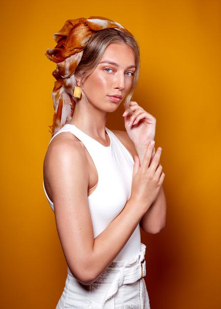 Wietske@Inbetweenmodels - Wietske@Inbetweenmodels MUAH Celine Haring Styling & foto: Stephanie Verhart - foto door stephanieverhart op 30-08-2019 - deze foto bevat: vrouw, kleur, geel, licht, portret, schaduw, model, flits, ogen, haar, fashion, glow, beauty, emotie, pose, studio, blond, photoshop, softbox, mode, fotoshoot, visagie, flitser, 50mm, reflectiescherm, beautydish