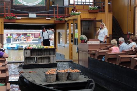 Broeker veiling - De Broeker veiling is een museum waar deze veilingcultuur nog in ere wordt  gehouden voor m.n. het toerisme. De waar wordt met boten door de opslagha - foto door Jimbob op 05-02-2021 - deze foto bevat: eten, cultuur, toerisme, groente en fruitveiling