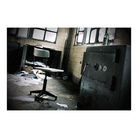 Broken by ST-Steel - ST-Steel, een verlaten gedeelte van een fabriek in het zuiden van Belgie die  voorheen succesvol was in de staalhandel.  Een open kluis, geeft alti - foto door peterrochat op 21-01-2009 - deze foto bevat: staal, ijzer, urban, industrie, belgie, fabriek, verlaten, kluis, verval, vergane, urbex, glorie, st-steel, staalhande, ijzerhandel