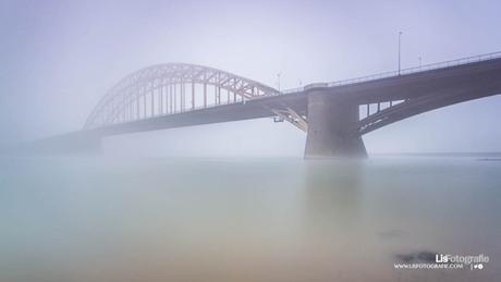 Waalbrug in de mist