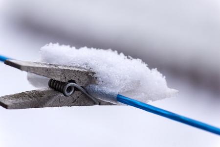 Buurvrouw`s wasknijper - Ik zag zondagmorgen, deze knijper zo mooi aan de waslijn van mn buurvrouw hangen, Dus voorover gebogen om het muurtje heen [ook een foto waard denk i - foto door Jozeeke op 13-02-2013 - deze foto bevat: José;wasknijper; winter