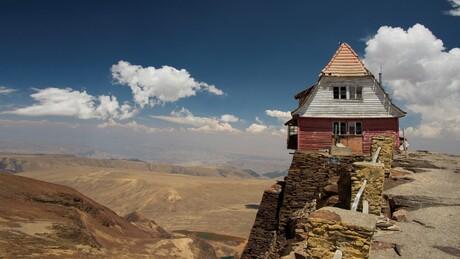 uitzicht vanaf Chacaltaya 5400 m. in de verte LaPaz