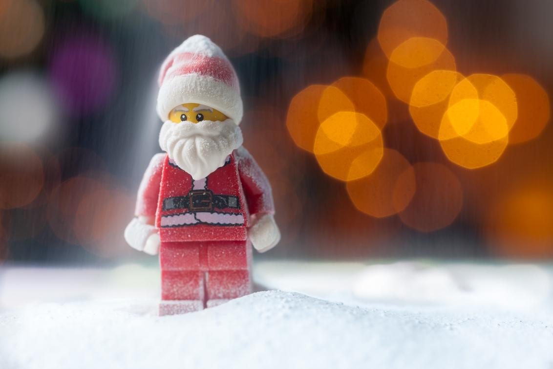 Santa Claus - Fijne kerstdagen. mijn gebruikersnaam is santakees, en dat is eigenlijk een verwijzing naar Santa Claus, de kerstman. Mijn geboortedag is namelijk  - foto door Santakees op 24-12-2020 - deze foto bevat: lego, kerstmis, kerstman, bokeh, Santa Claus, santakees